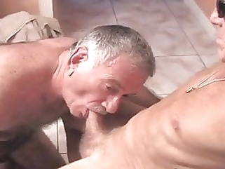 Dos maduros cachondos follando amateur (gay) bear (gay) daddy (gay)
