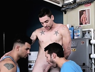 Ripped jock spitroasted in trio before cum amateur (gay) blowjob (gay) cumshot (gay)
